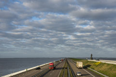 Afsluitdijk mit Landstraße Lizenzfreie Stockfotos