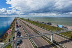 Afsluitdijk Nederländerna - April 28, 2017: Väg på Afsluitdijk D Royaltyfri Bild