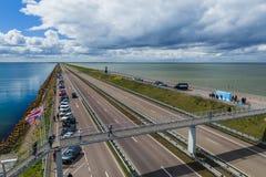 Afsluitdijk, Países Bajos - 28 de abril de 2017: Camino en Afsluitdijk d Imagen de archivo libre de regalías