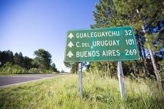 Afstand in mijlenteken op de weg met afstanden aan Buenos aires, Uruguay royalty-vrije stock foto