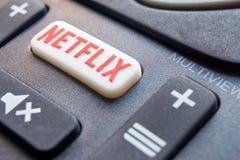 Afstandsbediening met een Netflix-knoop stock fotografie