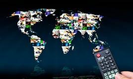 Afstandsbediening met het virtuele scherm van verschillende media op achtergrond. stock foto
