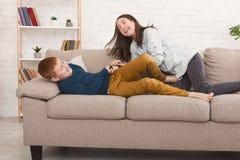 Afstandsbedieningstrijd Siblings die voor televisie worstelen stock fotografie
