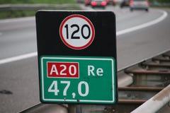 Afstandsteken bij Gouda van de autosnelwega20 rubriek met aandachtsteken voor snelheid in kilometers royalty-vrije stock fotografie