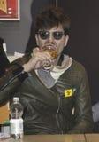 Afterhours violinistrodrigo d'erasmo som dricker öl Arkivbild