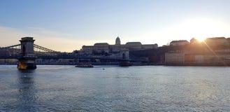 Afton över Danube River i Budapest arkivfoto