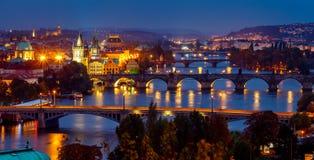 Afton över floden Vltava nära den Charles bron i Prague Arkivfoton