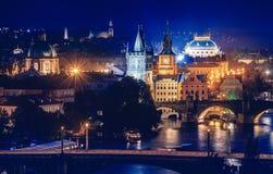 Afton över floden Vltava nära den Charles bron i Prague Royaltyfri Fotografi