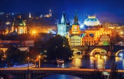 Afton över floden Vltava nära den Charles bron i Prague Royaltyfria Bilder