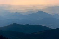 Afton färgad sikt av blåa horisonter Arkivbilder