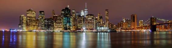 Afton för natt för New York City manhattan byggnadshorisont royaltyfria bilder