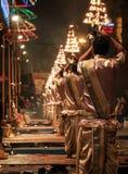 Afton Ganga Aarti på Dashashwamedh Ghat, Uttar Pradesh, Varanasi, Indien arkivbild