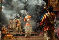 Afton Ganga Aarti på Dashashwamedh Ghat, Uttar Pradesh, Varanasi, Indien arkivfoto