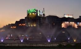 Afton i Bucharest, Rumänien: springbrunnen i den Unirii fyrkanten Royaltyfri Bild