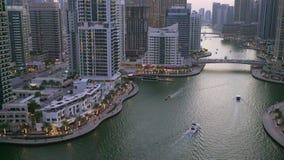 Afton i den Dubai marina lager videofilmer