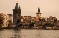 Afton i Prague Den pittoreska Charles Bridge Staden av Prague och den Vltava floden Fotografering för Bildbyråer