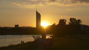 Afton i Wien nära kusterna av Donauen stock video