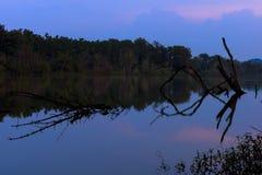 Afton nära sjön Arkivbild