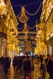 Afton på Baku gator som går folk Arkivfoton