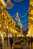 Afton på Baku gator som går folk Royaltyfria Bilder