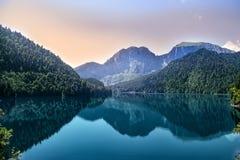 Afton på bergsjön Ritsa i Abchazien arkivfoton
