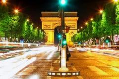 Afton på Champs-Elysees framme av Arc de Triomphe. Paris. Fra Royaltyfri Fotografi