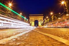 Afton på Champs-Elysees framme av Arc de Triomphe. Paris. Fra Royaltyfri Foto