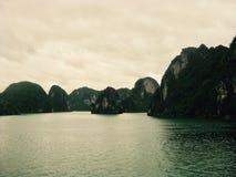 Afton på den Halong fjärden, Vietnam royaltyfri foto