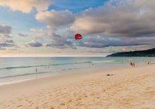 Afton på den Karon stranden, Phuket Arkivbild