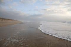 Afton på en tom strand Arkivbild