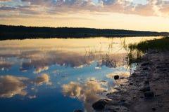 Afton på flodbanken arkivfoton