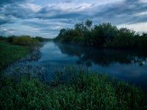 Afton på floden fotografering för bildbyråer