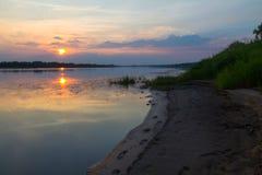 Afton på floden arkivfoton
