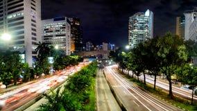 Afton på i stadens centrum Jakarta som visar den ljusa slingan från trafiic Royaltyfri Bild