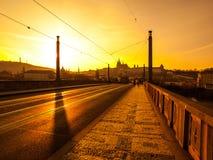 Afton på Manes Bridge med konturn av den Prague slotten Fotografering för Bildbyråer