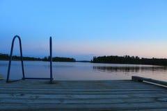 Afton på skeppsdockan, sjö av träna, Kenora, Ontario Arkivfoto