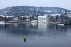 Afton romantiska snöig Prague Lesser Town ovanför floden Vltava med kullen Petrin Royaltyfria Bilder