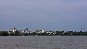 afton Sikt av den Rostov Kreml från sjön Nero Arkivbilder