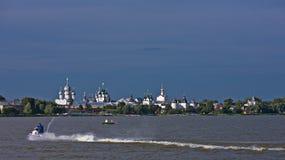 afton Sikt av den Rostov Kreml från sjön Nero Royaltyfri Foto