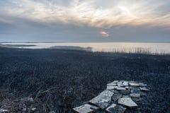 Afton sjö och förstörd väg royaltyfria bilder