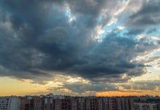 Afton som staden täcktes med skuggan av ett stort moln Royaltyfria Foton