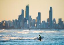 Afton som surfar i guld- Goast, Australien Arkivbilder