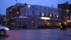 Afton som upprättar skottet av den typiska restaurangen för stadshörnstång stock video