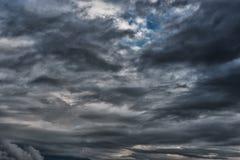 Afton stormiga molniga blåa Gray Sky Använd det som en bakgrund Fotografering för Bildbyråer