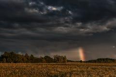 Afton stormiga molniga blåa Gray Sky Använd det som en bakgrund Regnbåge i bakgrund Arkivbilder