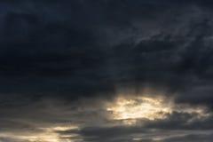 Afton stormiga molniga blåa Gray Sky Använd det som en bakgrund Solljus i förgrund Royaltyfri Bild