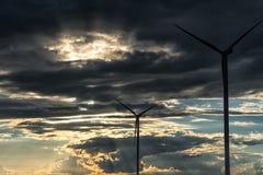Afton stormiga molniga blåa Gray Sky Använd det som en bakgrund Väderkvarnar och solljus i förgrund Fotografering för Bildbyråer