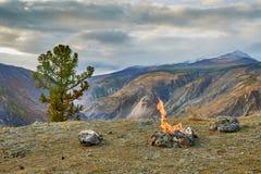 Afton vid branden i bergen Royaltyfria Foton