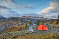 Afton vid branden i bergen Arkivbild