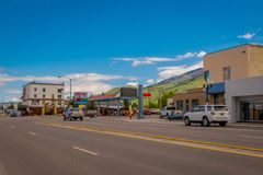 Afton, Wyoming, Estados Unidos - 7 de junho de 2018: Vista exterior de alguns carros nos streetss na entrada da cidade dentro foto de stock